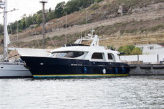 Le yacht est accouplé en Mer Noire image stock