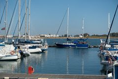 Le yacht et les bateaux de navigation ont amarré dans le port photos stock