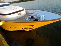 Le yacht moderne de rivière a amarré sur une rivière Dnieper photographie stock