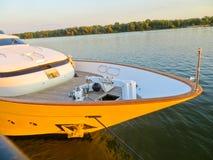 Le yacht moderne de rivière a amarré sur une rivière Dnieper images stock