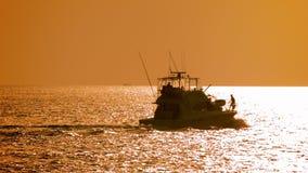Le yacht moderne puissant de moteur part en mer au coucher du soleil banque de vidéos