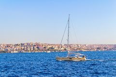 Le yacht navigue Istanbul Photographie stock libre de droits