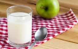 Le yaourt est un yaourt sain de petit d?jeuner fait ? partir du lait ferment? par les bact?ries suppl?mentaires, souvent adouci e photographie stock libre de droits