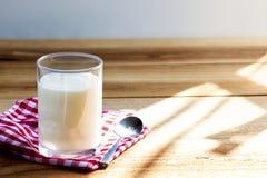 Le yaourt est un yaourt sain de petit d?jeuner fait ? partir du lait ferment? par les bact?ries suppl?mentaires, souvent adouci e images libres de droits