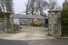 Le yard de stockage avec la somme de ses machines et pagaille dans les coulisses en Tollymore Forest Park en Irlande du Nord images libres de droits