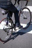 Le yclist de ¡ de Ð sur le vélo de voie traverse la route urbaine avec l'hôte piétonnier Image stock
