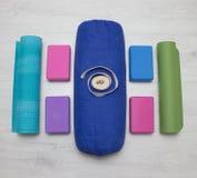 Le yoga d'Iyengar étaye les blocs, la courroie, le rouleau et le tapis Photographie stock
