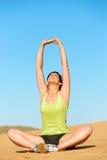 Le yoga de femme et détendent sur la plage Images stock