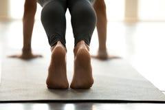 Le yoga, les pousées ou la presse de pratique de femme se lève, fin  images libres de droits