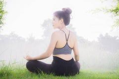 Le yoga quotidien de pratique de yoga de jeune femme aide dans la concentration Photos stock