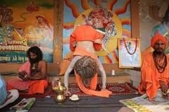 Le yogi ascétique démontre la flexibilité à Varanasi, Inde photographie stock libre de droits