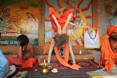 Le yogi ascétique montre sa flexibilité à Varanasi, Inde image stock