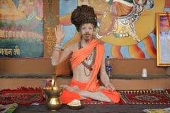 Le yogi ascétique ondule après méditation à Varanasi, Inde photographie stock libre de droits