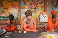 Le yogi ascétique plane au-dessus de la terre, Varanasi, Inde photographie stock libre de droits