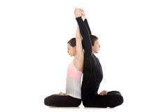 Le yogi couple faire des exercices pour l'épine et les épaules en position de lotus Photographie stock