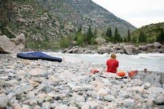 Le yogi d'un homme s'assied sur des roches dans les montagnes Images libres de droits