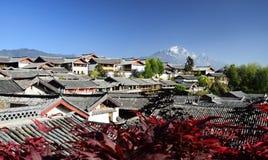 Le Yulong Jokul et vieille ville de Lijiang Photo stock