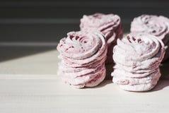 Le zéphyr rose fait maison sur le fond en bois blanc Images stock