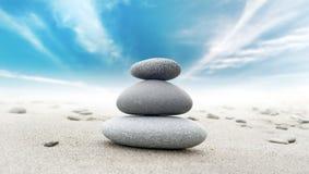 Le zen calme méditent fond avec la pyramide de roche Image libre de droits