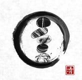 Le zen de caillou lapide l'équilibre en cercle noir de zen d'enso sur le fond de papier de riz Sumi-e japonais traditionnel de pe Photo libre de droits