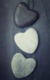 Le zen gris, noir, blanc a formé la roche sur un fond de tuile Image libre de droits