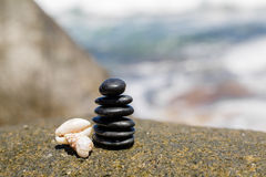 Le zen lapide jy sur la plage sablonneuse près de la mer. Image libre de droits