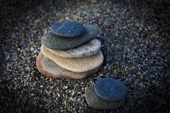 Le zen lapide l'équilibre sur la plage pour la méditation parfaite Images stock