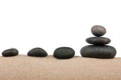 Le zen lapide la pyramide sur la plage de sable, méditation, concentration, relaxation, harmonie, équilibre Photographie stock libre de droits