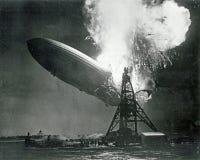 Le zeppelin de Hindenburg d'Allemand éclate Photo stock