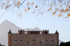 Le zisa de Palerme, silhouette avec des montagnes Image libre de droits