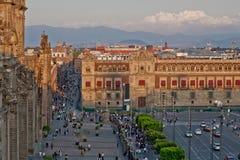 Le zocalo à Mexico avec la cathédrale et drapeau géant au centre Photographie stock