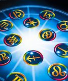 Le zodiaque coloré signe plus de l'horoscope bleu comme le concept d'astrologie images stock