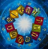 Le zodiaque coloré signe plus de l'horoscope bleu comme le concept d'astrologie image libre de droits