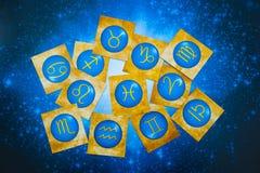 Le zodiaque jaune bleu signe plus de l'horoscope bleu comme le concept d'astrologie images libres de droits