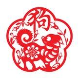 Le zodiaque rouge de chien de coupe de papier dans le mot chinois de symboles de cadre et de fleur signifient le chien Photos stock