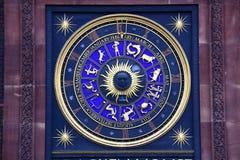 Le zodiaque se connecte l'horloge Image stock