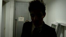 Le zombi descendent le couloir banque de vidéos