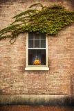 Le zucche si avvicinano alla finestra della casa Fotografie Stock Libere da Diritti