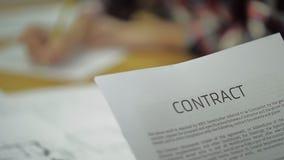 Lea el contrato del negocio, acuerdo mutuo, adentro almacen de video