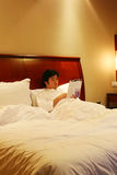Lea el libro en la cama Imagenes de archivo