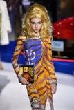 Lea Julian loopt de baan in Moschino toont in Milan Fashion Week Autumn /Winter 2019/20 royalty-vrije stock afbeelding