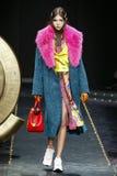 Lea Julian loopt de baan in Versace toont in Milan Fashion Week Autumn /Winter 2019/20 royalty-vrije stock foto's