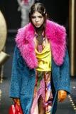 Lea Julian loopt de baan in Versace toont in Milan Fashion Week Autumn /Winter 2019/20 stock foto