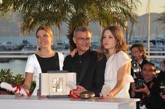 Lea Seudoux y Adele Exarchopoulos y Abdellatif Kechiche Foto de archivo libre de regalías