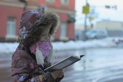 Lea un libro en la ciudad Fotografía de archivo