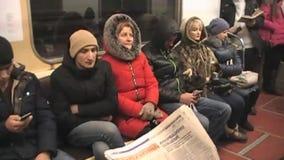 Lea un periódico en el subterráneo almacen de video