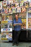 Lea un periódico para el quiosco en Rio de Janeiro Foto de archivo libre de regalías