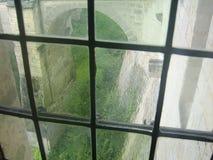 Leaded venster met mening van de Poort Chateau Amboise, de Loire-Vallei, Frankrijk van de Leeuw stock foto's