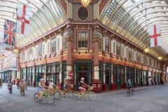 Leadenhall用自行车的游人报道了市场内部 免版税库存图片