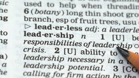 Leadership, mot pointant vers le crayon dans le vocabulaire anglais, capacité à guider les gens banque de vidéos